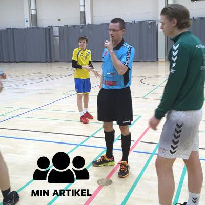 Två domare och två spelare diskuterar före matchen.