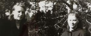 Nina Holmén med kompis i Esse på 1960-talet.