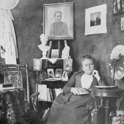 Minna Canth i sin salong i Kuopio 1891