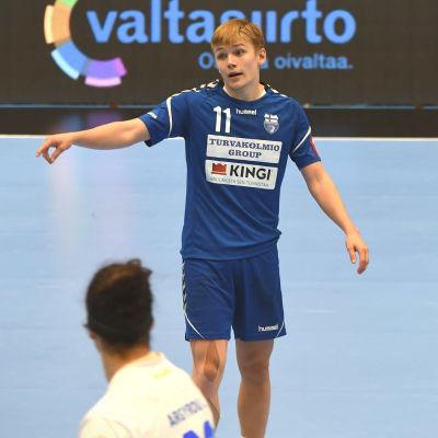 Benjamin Helander försvarar under VM-kvalmatchen mot Cypern.