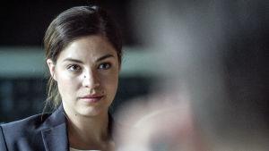 Claudia i danska dramaserien Bedrägeriet.