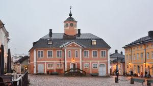 Rådhuset i Borgå gamla stad en regnig dag.