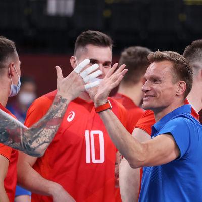 Tuomas Sammelvuo onnittelee pelaajiaan.