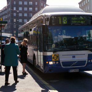 Buss nummer 18 vid en busshållplats i Tölö i Helsingfors