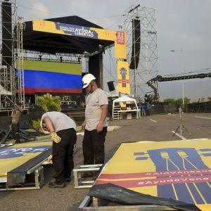 Arbetar bygger en scen till oppositionens stora biståndskonsert på gränsen mellan Colombia och Venezuela
