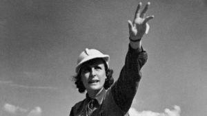 Leni Riefenstahl ohjaa olympiaelokuvaa vuonna 1936. Arkistokuva dokumenttielokuvasta Hitlerin Hollywood (2017).