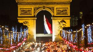 Riemukaari ja Champs-Elysées jouluvalaistuna, Riemukaaren keskellä Ranskan lippu