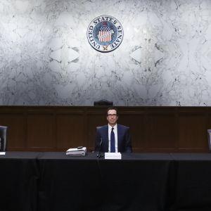 Senatens republikanska majoritetsledare Mitch McConnell, finansminister Steven Mnuchin och senatens demokratiska minoritetsledare förhandlade om det enorma stödpaketet bakom lyckta dörrar i kongressen.