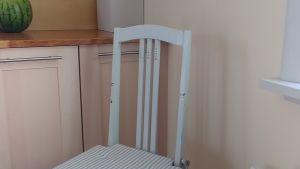 En vit, lite nött stol.