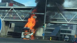 En lastbil brinner och orsakar mycket rök vid motorvägen i Åbo.