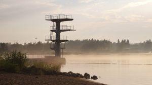 Hopptorn vid badstranden Kittholmen i Jakobstad. Svag dimma.
