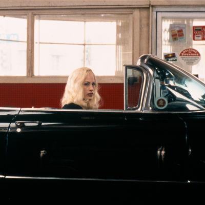 Patricia Arquette istuu avoautossa elokuvassa Lost Highway