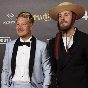 Två män i kostym.