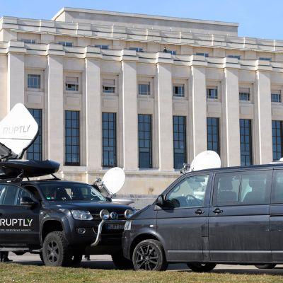 TV-ryhmät valmistelevat kalustoaan YK:n Euroopan-päämajan edustalla Genevessä 22.2. 2017. Syyrian rauhanneuvottelujen on määrä käynnistyä torstaina kymmenen kuukauden tauon jälkeen.