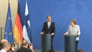 Juha Sipilä och Angela Merkel på presskonferens.