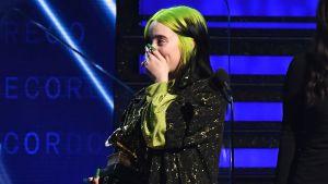 Billie Eilish tar emot ett pris på Grammygalan.