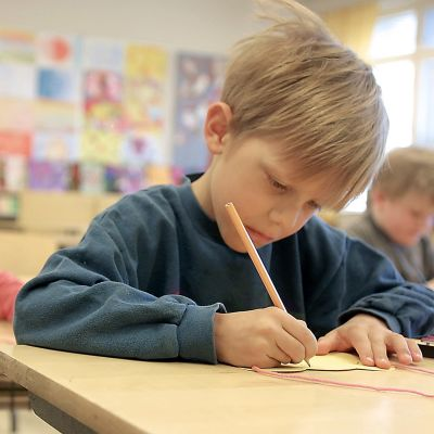 Skolelev som skriver flitigt