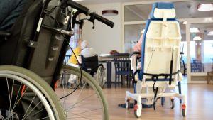 Några äldre personer sitter vid ett bord i sina rullstolar i nya Almahemmets ljusa matsal.