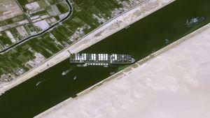 Ever Given ligger på tvären i Suezkanalen