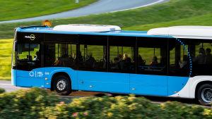 En buss på Västerleden vid Drumsö.