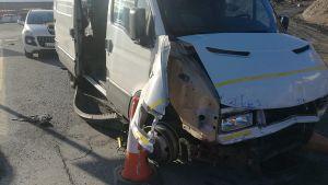 Keulastaan vaurioitunut pakettiauto.
