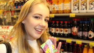 Tyttö ostamassa juomaa