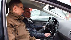 Mats Nurmio och Jan-Erik Lindblom sitter och pratar inne i en gasbil.