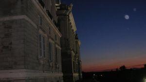 Espanjan kuninkaanlinna Madridissa, iltahämärässä kuutamossa.
