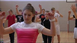Anna Dahlström jumppar i Ekenäs högstadieskola.
