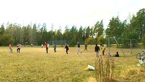 Albanska kvinnor spelar fotboll i Mjölbolsta.