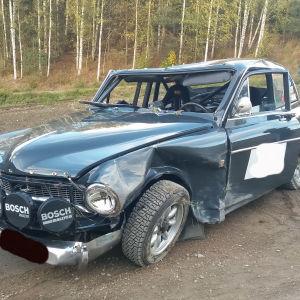En rallybil som kvaddats efter en vurpa.