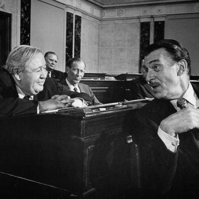 Juonittelevia poliitikkoja elokuvassa Myrskyä Washingtonissa