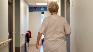 En vårdare går i korridoren på ett äldreboende.