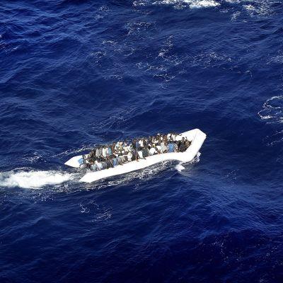 Flyktingar trängs på en överfull gummibåt på Medelhavet den 19 september 2015.