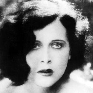 Hedy Lamarr lähikuvassa. Kuva elokuvasta Hurmio