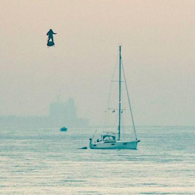 Franky Zapata närmar sig den engelska kusten efter att ha korsat kanalen med en jetdriven bräda.