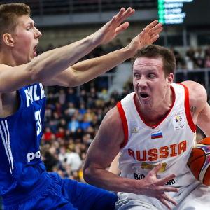 Alexander Madsen och Dmitry Kulagin kämpar om bollen