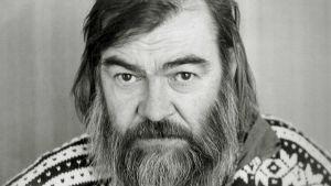 Kirjalija Pentti Saarikoski vuonna 1982 pitkässä parrassa ja villapaita päällä.