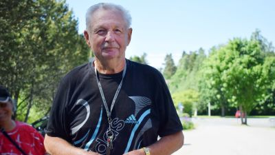 Robin Karlsson, en äldre man med svart t-skjorta med vitt tryck.