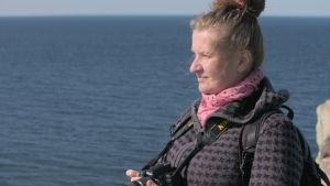 Janne Kútimaa tittar på havet