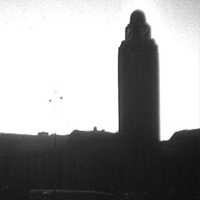 Helsingin rautatieaseman siluetti 1950-luvulla kuvattuna.