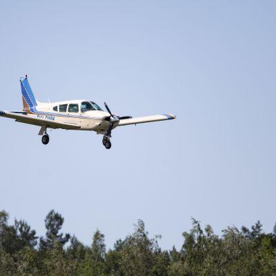 Piper PA-28 Malmin lentokentällä.