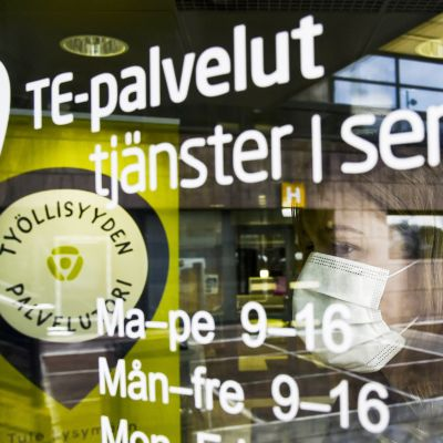 Asiakas astuu Helsingin Työllisyyden palvelutorille Pasilan TE-toimistoon