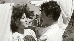 Carmela (Maria Fiore) ja Antonio (Vincenzo Mosolino) elokuvassa Kahdella pennillä toiveita