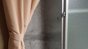 verho betoniseinän ja ikkunan sivussa