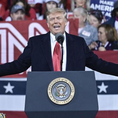Donald Trump håller tal under kampanjmöte i samband med senatorsvalet i Georgia i USA.