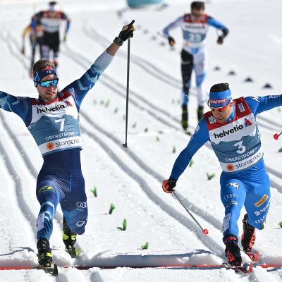 Joni Mäki (till vänster) var med om att vinna Finlands andra VM-silver i Oberstdorf.
