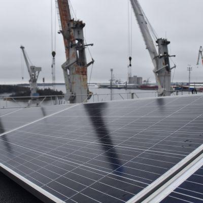 Aurinkopaneeleja Rauman telakalla.