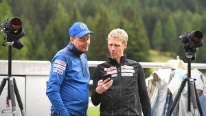 Jonne Kähkönen näyttää Juha Papinsaarelle jotain puhelimestaan.