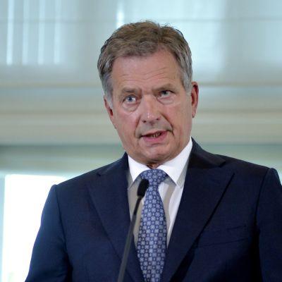 Sauli Niinistö håller presskonferens på Talludden.